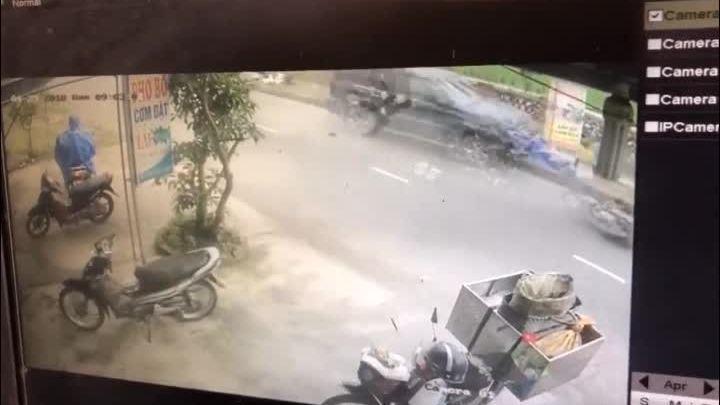 Người phụ nữ chở mẹ và con sang đường ẩu bị ôtô hất tung lên trời
