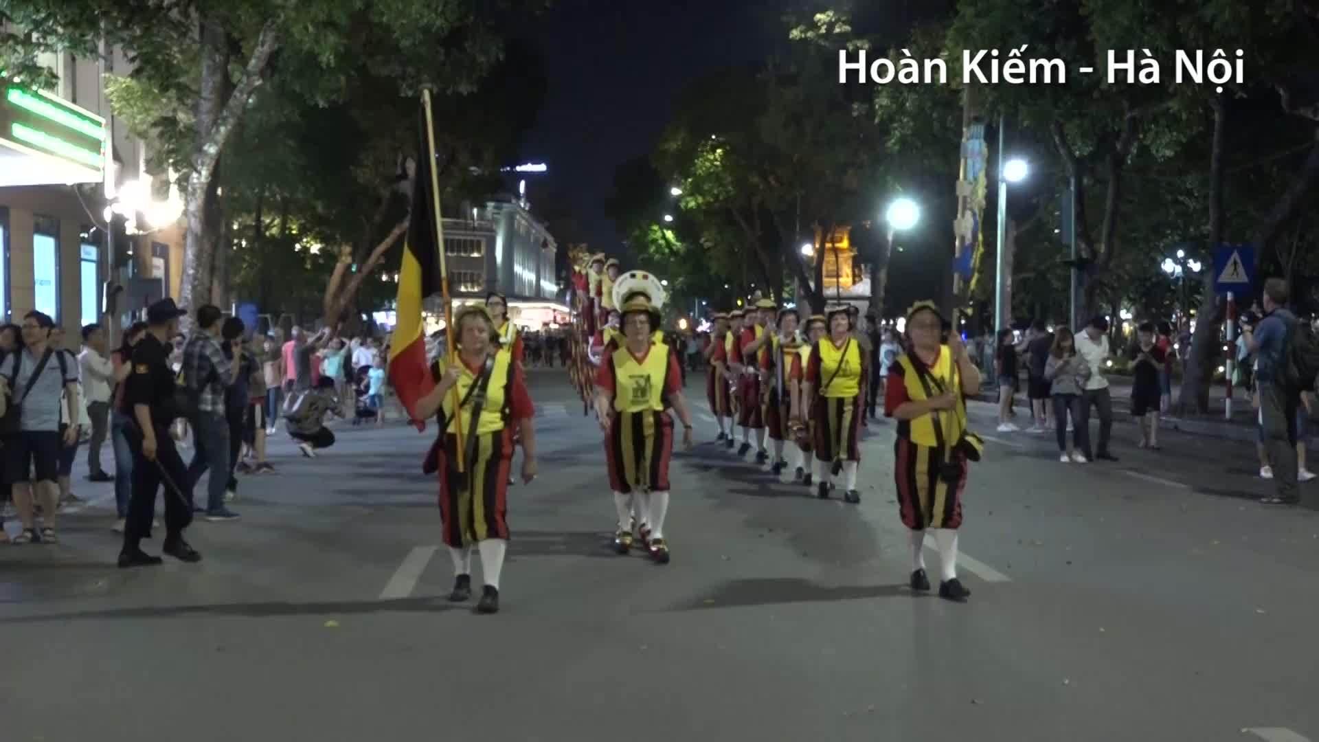 Người dân thích thúxem biểu diễncà kheo trên phố đi bộ Hà Nội