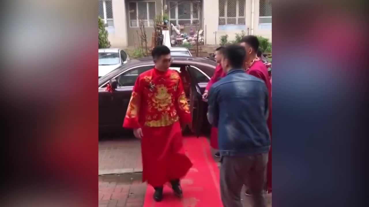 Chú rể vui cười dù bỏ quên cô dâu trong ngày cưới