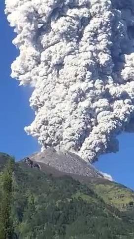 Indonesia sơ tán dân, đóng cửa sân bay vì núi lửa phun trào