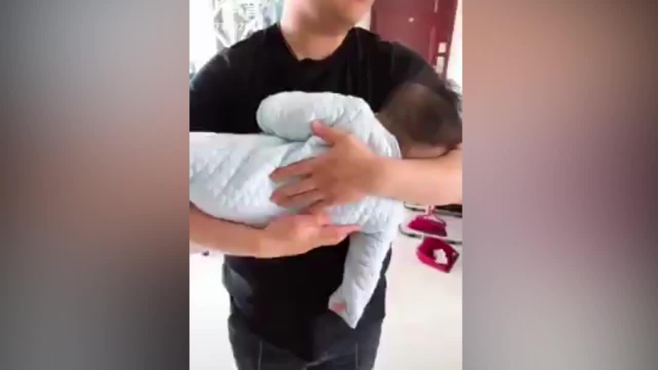 Cậu bé giả vờ ngủ khi được bố bế trên tay