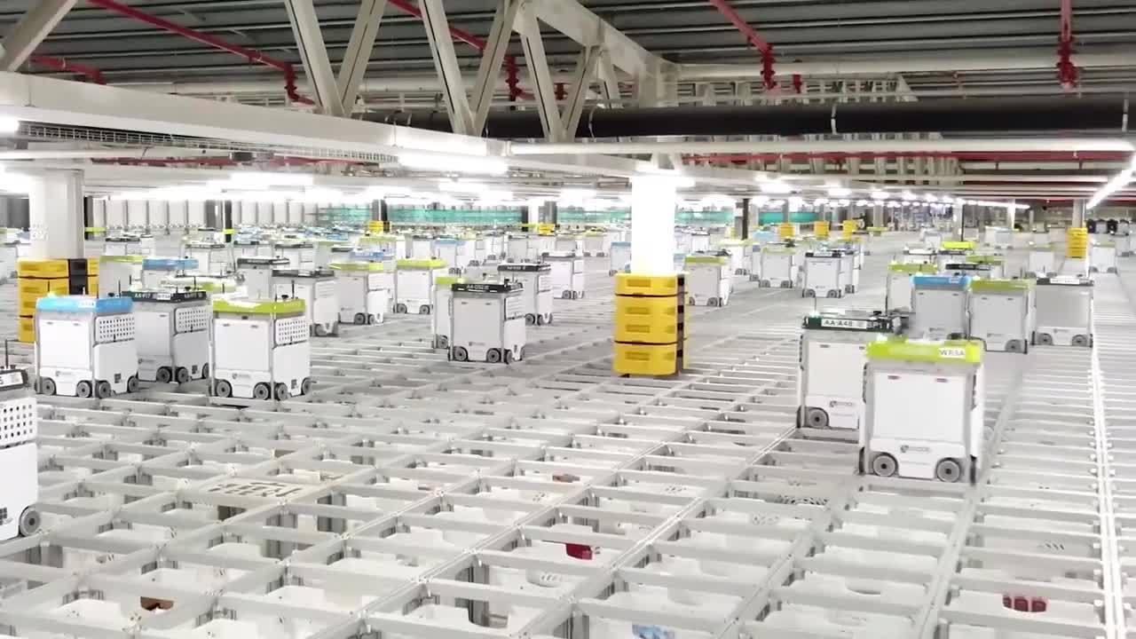 Hàng nghìn robot phối hợp đóng gói đơn hàng mua sắm