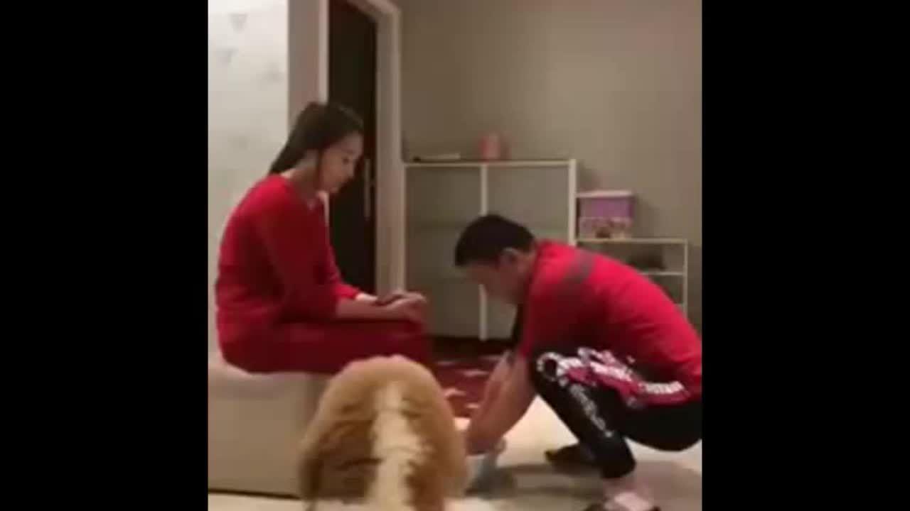 Phản ứng 'xuất thần'của chồng khi rửa chân cho vợ