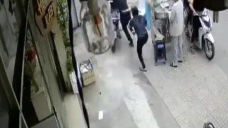 Tên trộm bẻ khóa xe máy ngay sau lưng người phụ nữ
