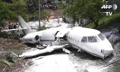 Máy bay gãy làm đôi ở Honduras