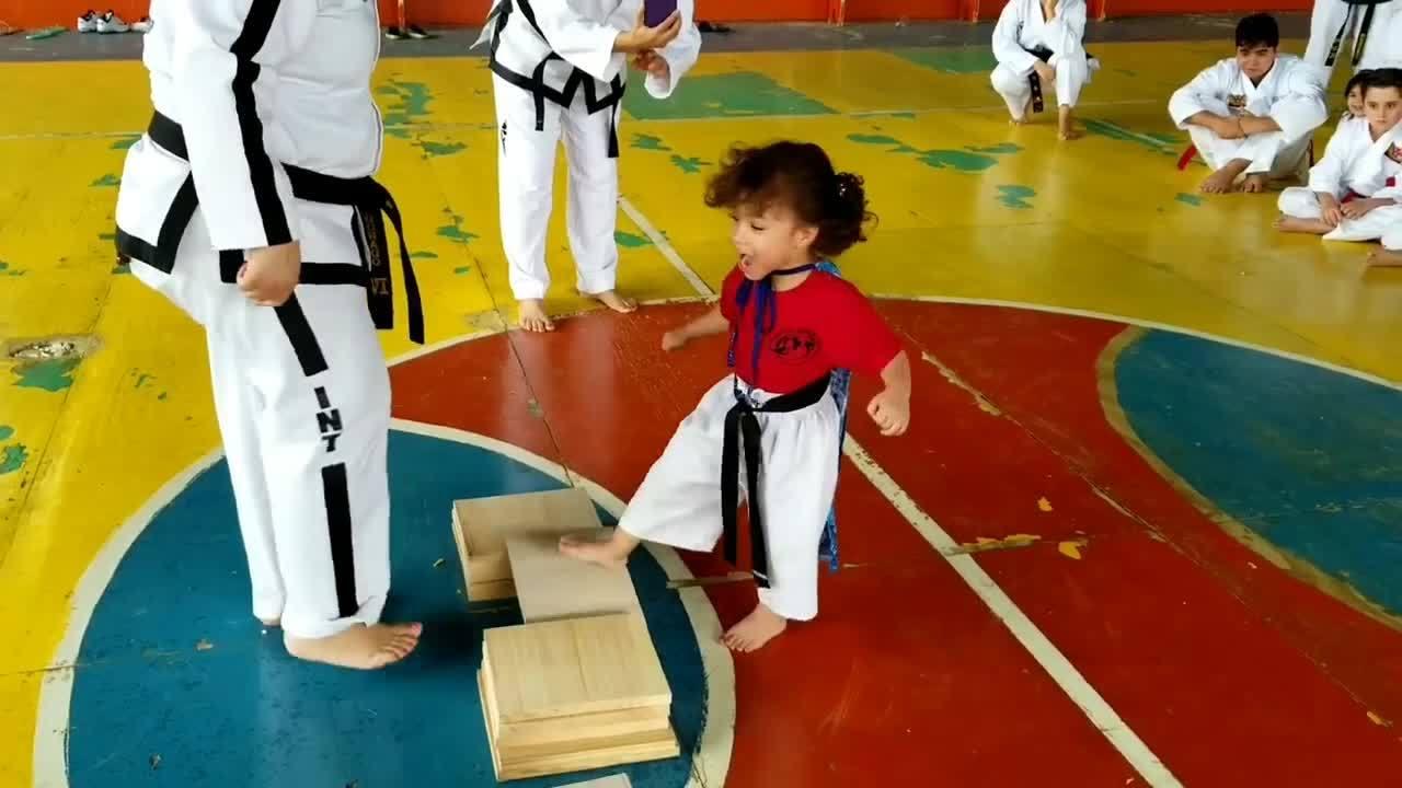 Cao thủ Taekwondo nhí 'lấy thịt đè người' đập vỡ tấm gỗ