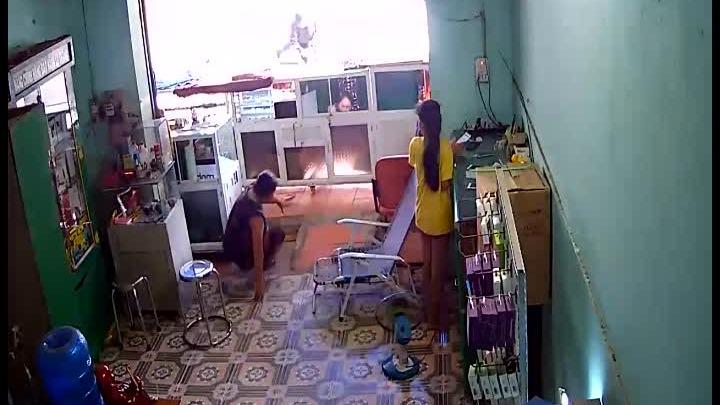 Tên cướp đấm bật ngửa chủ cửa hàng, lấy hai chiếc điện thoại