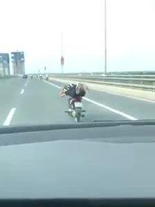 Quái xế chạy xe máy kiểu 'vẫy đuôi cá' trên cầu Nhật Tân