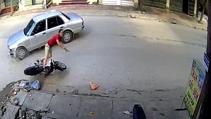 Người đàn ông bị ôtô tông bay vào vỉa hè: Ai đúng, ai sai?
