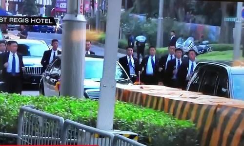 Dàn vệ sĩ được mệnh danh lá chắn sống chạy theo xe Kim Jong-un