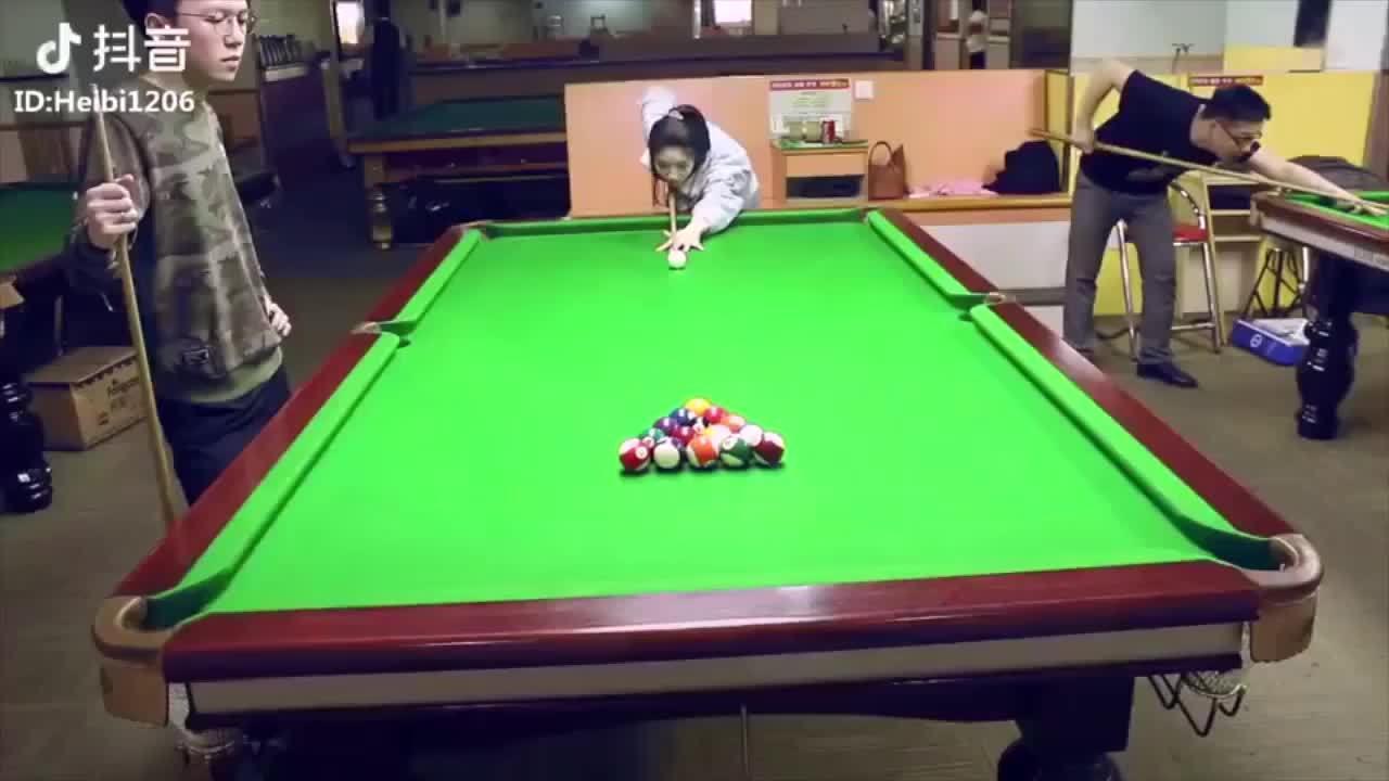 Người đẹp đánh billiards khiến chàng trai sững sờ