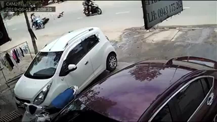 Cô gái ngã xe máy lăn 3 vòng vì bị cướp giật túi xách