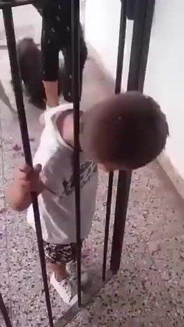 Màn thoát thân 'vi diệu' của cậu bé bị kẹt đầu trong song sắt