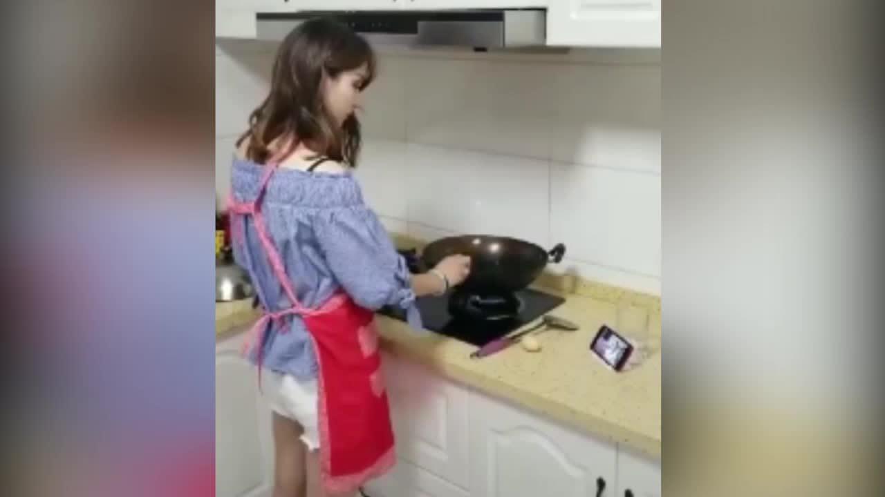 Người đẹp gây choáng vì lên mạng học cách nấu ăn