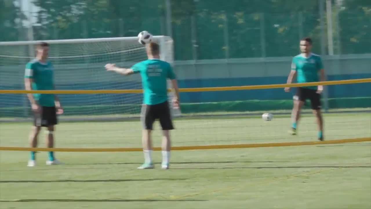 Tuyển Đức chơi tennis bằng bóng đá