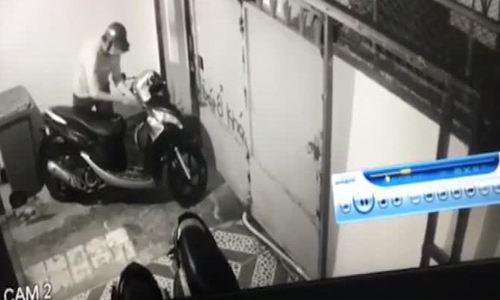 Dựng 4 xe máy ở sân bị trộm lấy mất hai chiếc