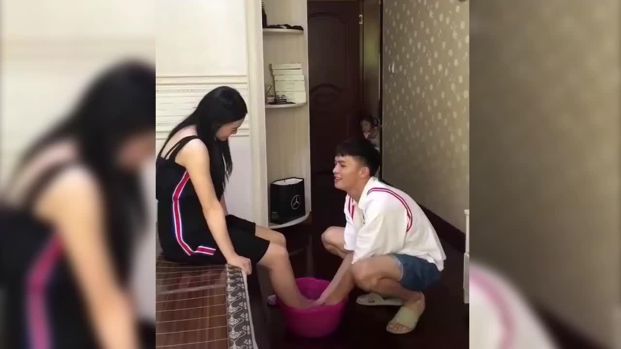 Người vợ phản ứng 'nhanh như chớp' khi được chồng rửa chân