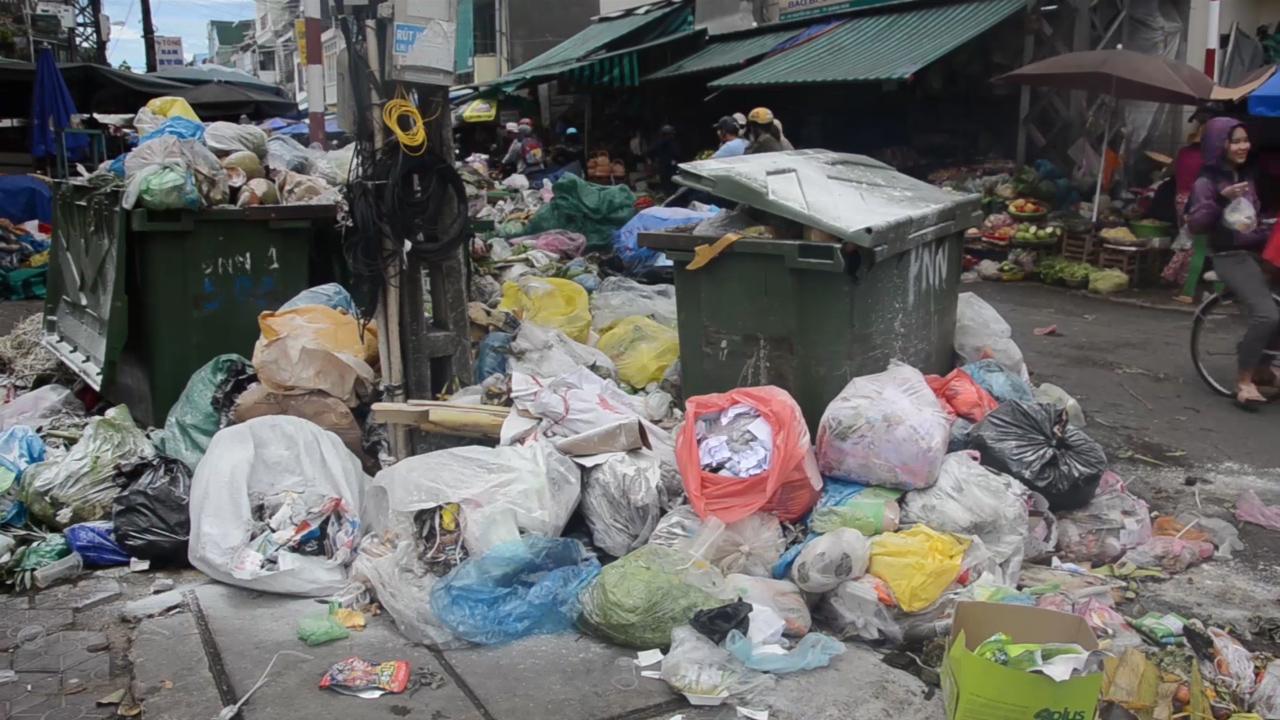 Người dân Quảng Ngãi gần một tuần sống chung với rác