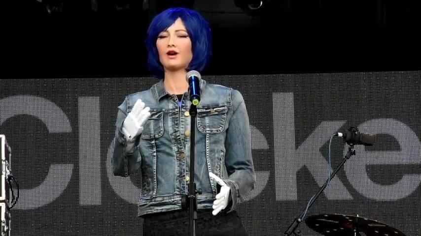 Công dân robot Sophia thể hiện tài năng ca hát trên sân khấu