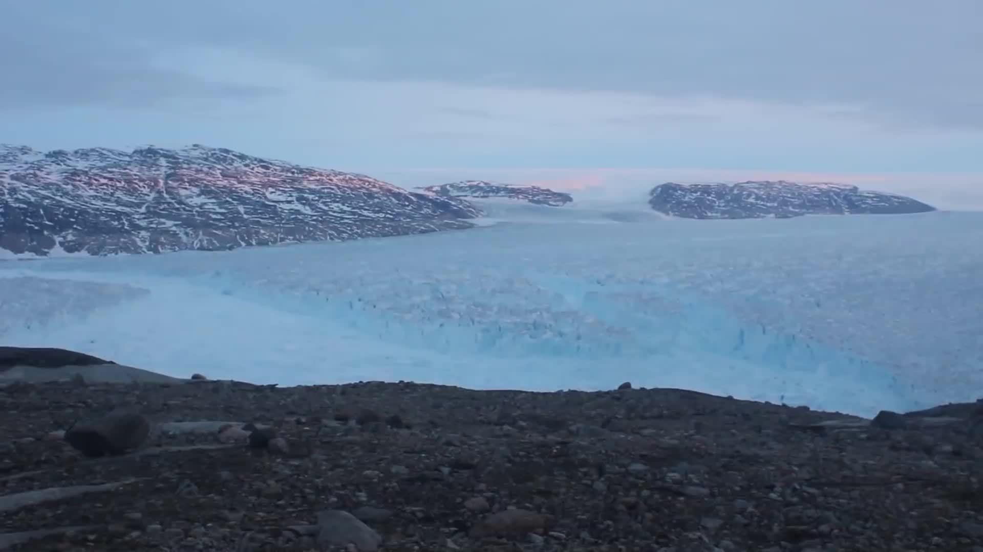 Núi băng nặng hơn 10 tỷ tấn tách khỏi sông băng ở Greenland