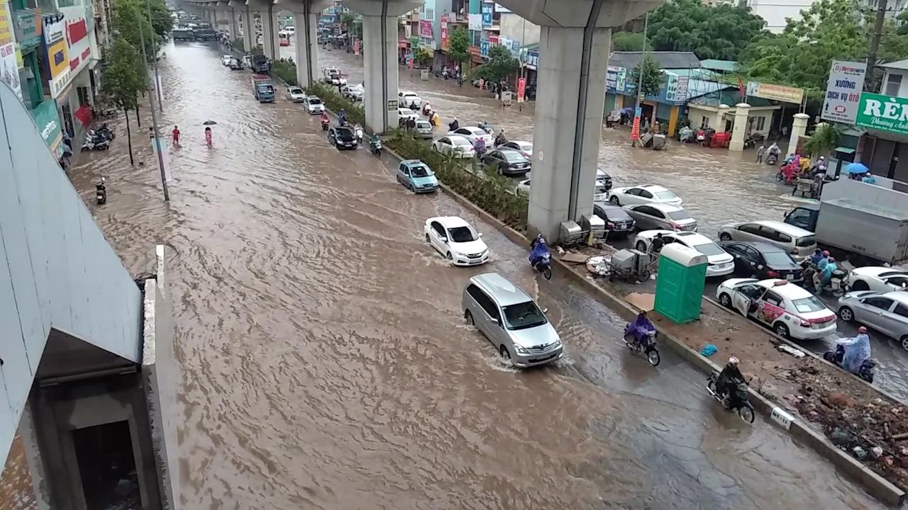Nhiều tuyến đường ở Hà Nội ngập sâu sau mưa lớn