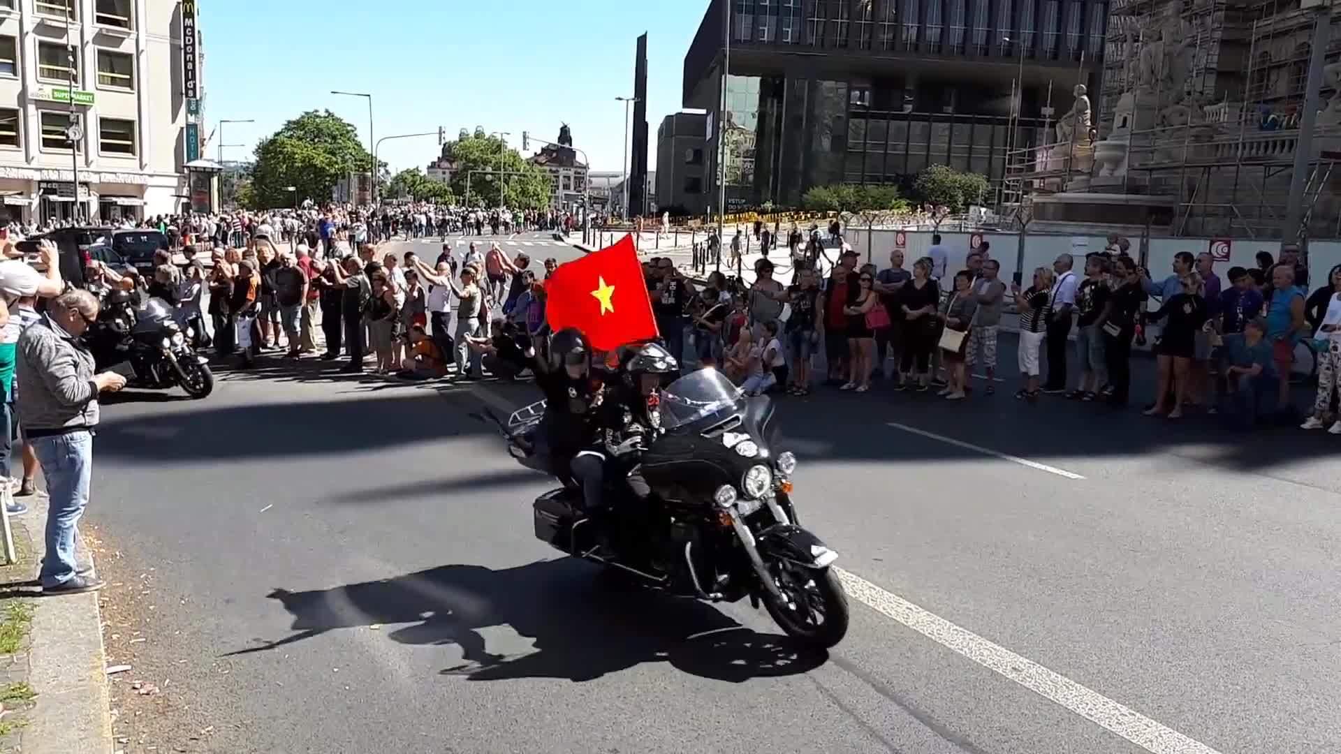 Harley-Davidson đưa tay lái Việt diễu hành ở trời Âu