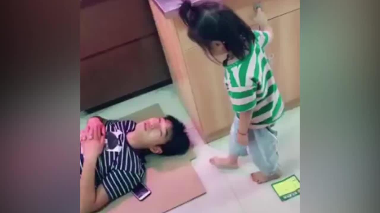 Bé gái dùng chân làm gối cho bố ngủ