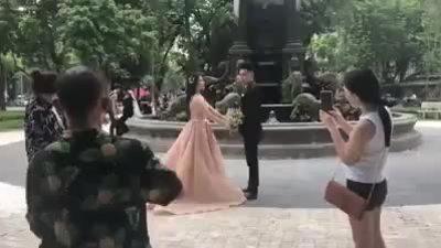 Chú rể đứng hình khi cô dâu bị thợ chụp ảnh ôm hôn