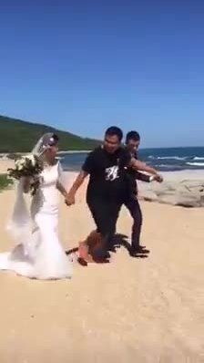 Chú rể ngẩn ngơ nhìn cô dâu chạy đi cùng trai lạ