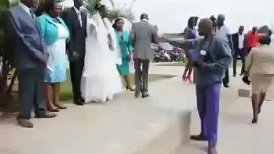Phó nháy vừa chụp ảnh cưới, vừa nhảy sexy