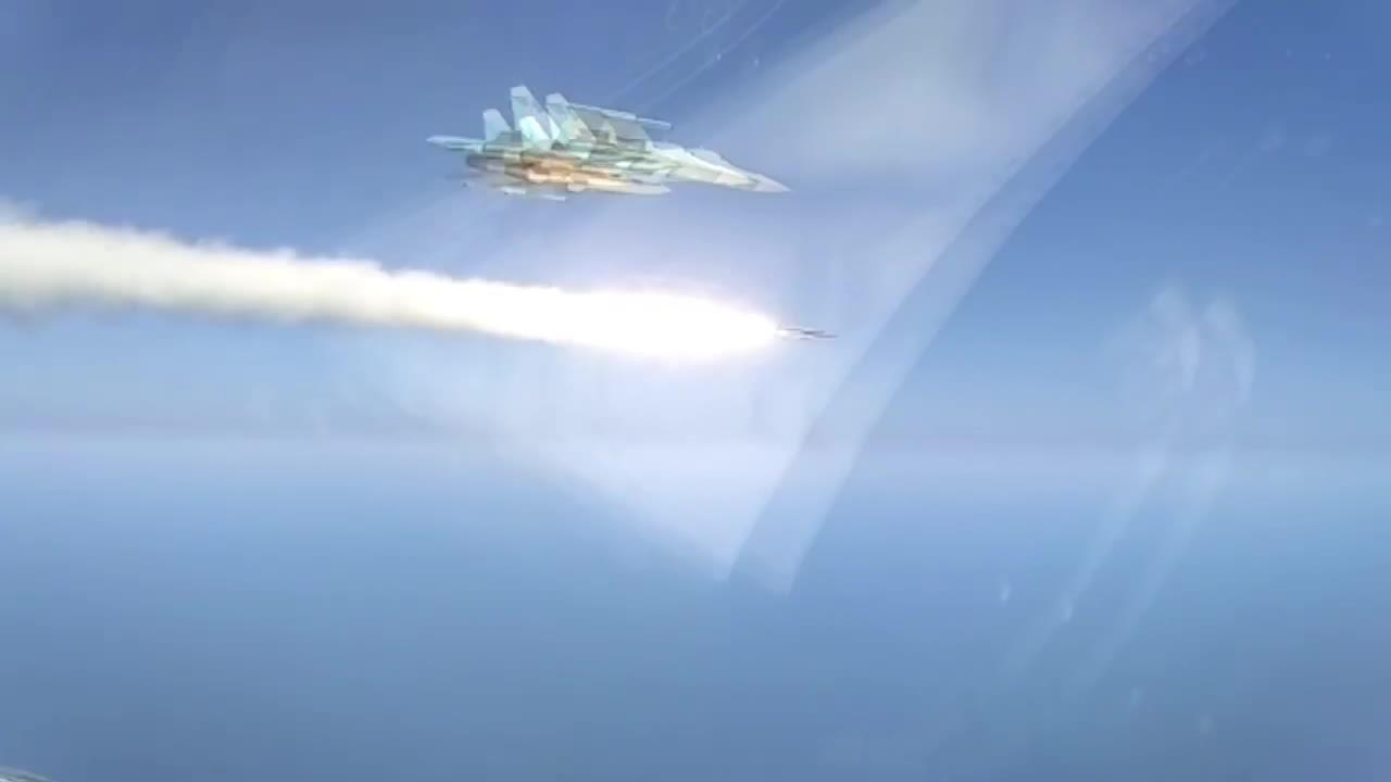 Tàu chiến nổ tung dưới đòn tên lửa của tiêm kích bom Su-34 Nga