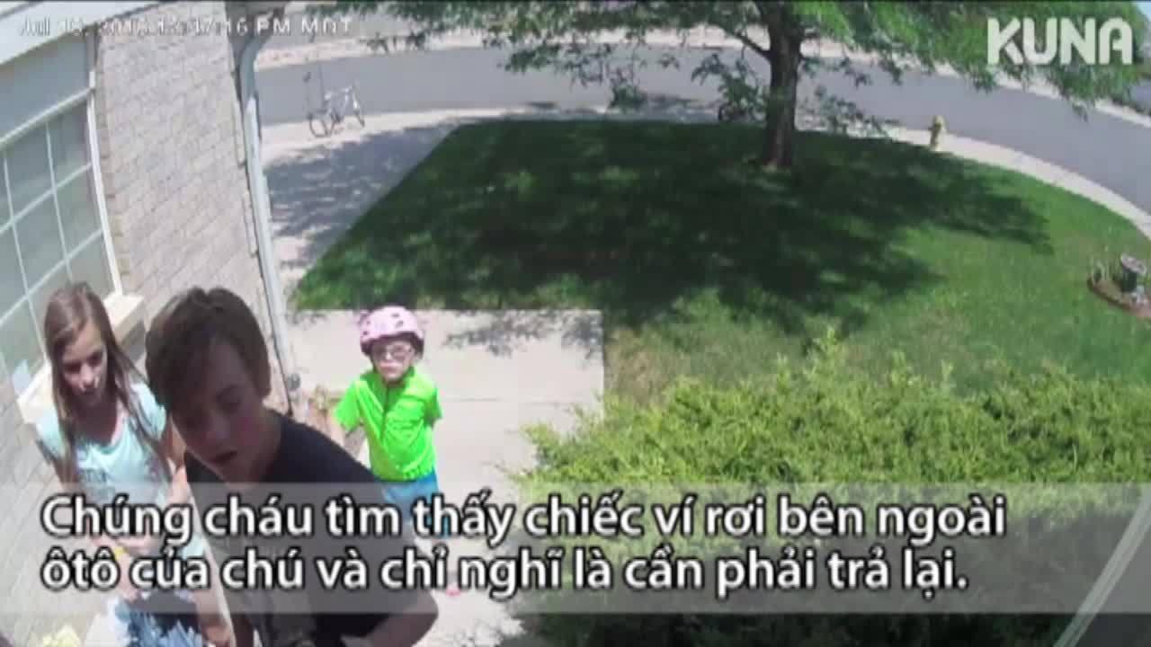 Ba đứa trẻ gõ cửa nhà người lạ để trả ví đánh rơi