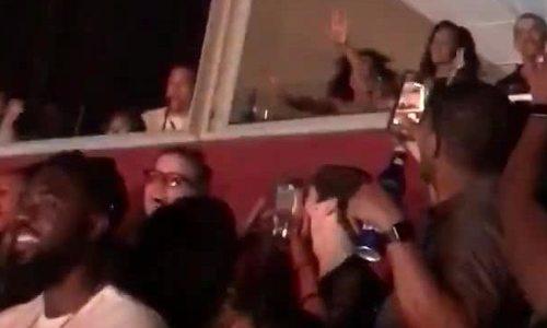Vợ chồng Obama nhún nhảy trong đêm nhạc của Beyonce