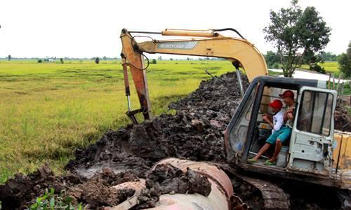 Nông dân Đồng Tháp Mười đắp đê, bơm nước cứu lúa