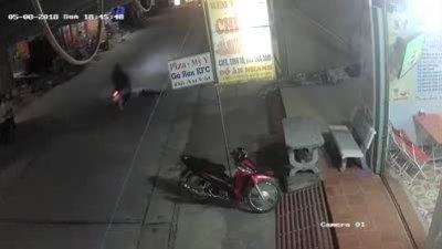 Xe máy cán qua người đàn ông nằm giữa đường có phải bồi thường?