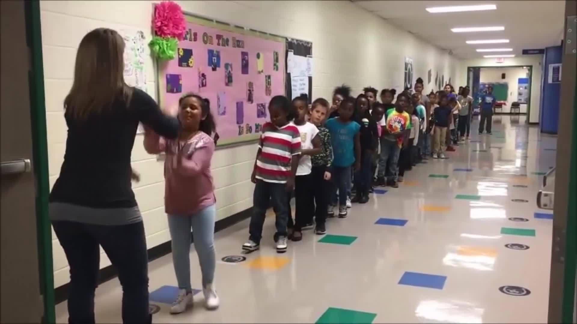 Cô giáo Mỹ sáng tạo đủ kiểu bắt tay với từng học sinh trong lớp