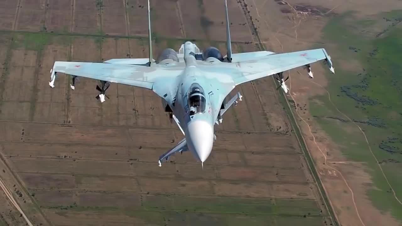 Phi cơ Nga phô diễn hỏa lực kỷ niệm ngày thành lập không quân