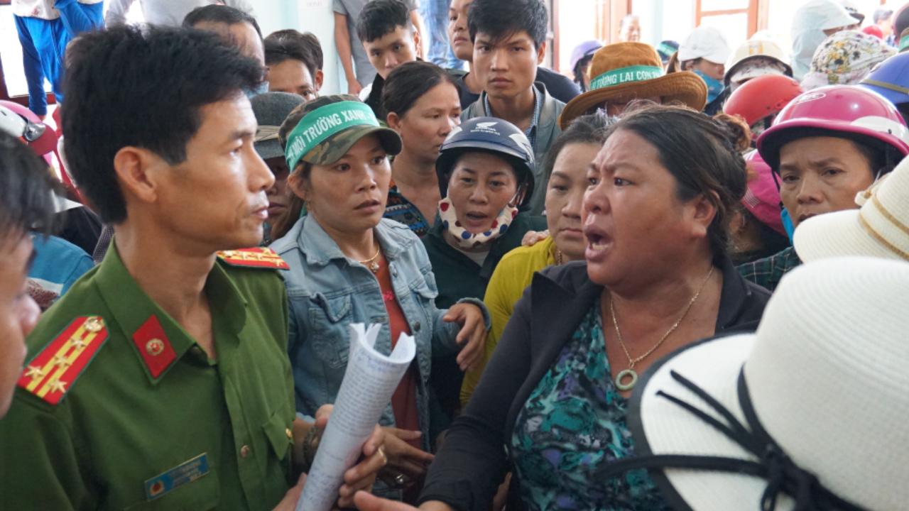 Hỗn loạn sau đối thoại, người dân Quảng Ngãi tiếp tục chặn xe chở rác