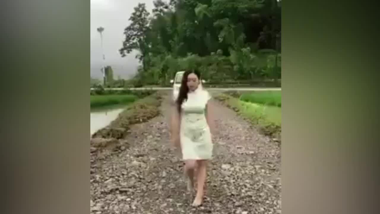 Người đẹp bị ném xuống ruộng vì 'thả thính' giữa đường