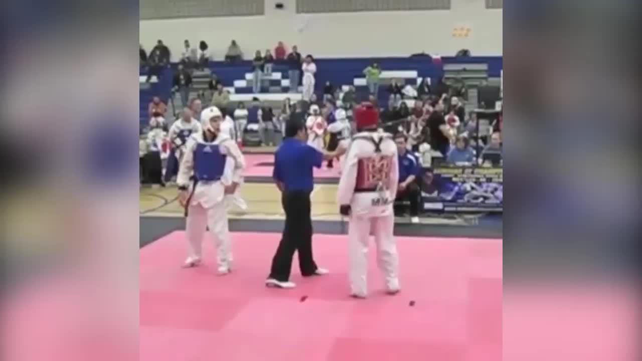 Trọng tài bị hạ đo ván vì trúng đòn võ sĩ