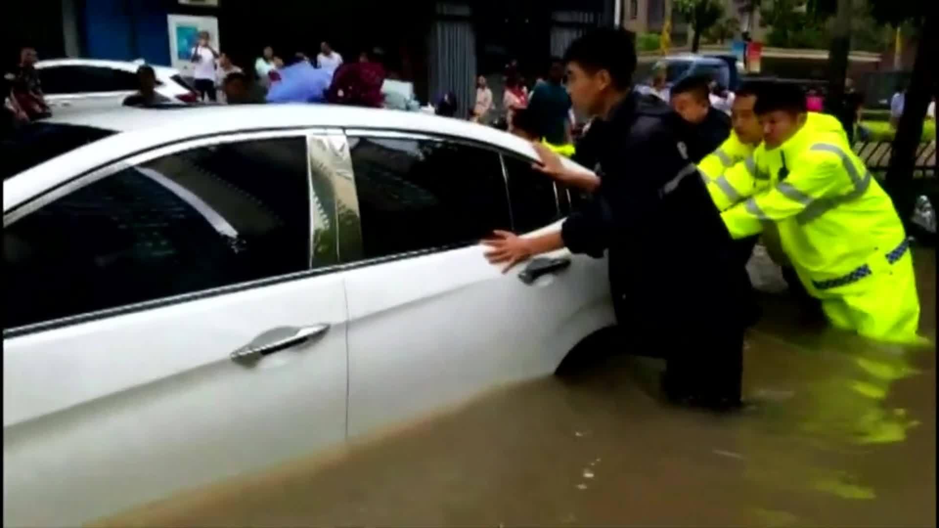 Mưa bão gây ngập lụt ở Trung Quốc