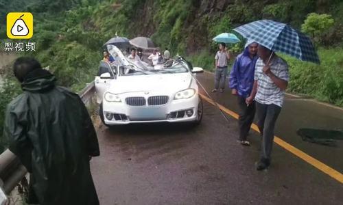 Đá rơi đè nát xe BMW, gia đình 3 người tử vong
