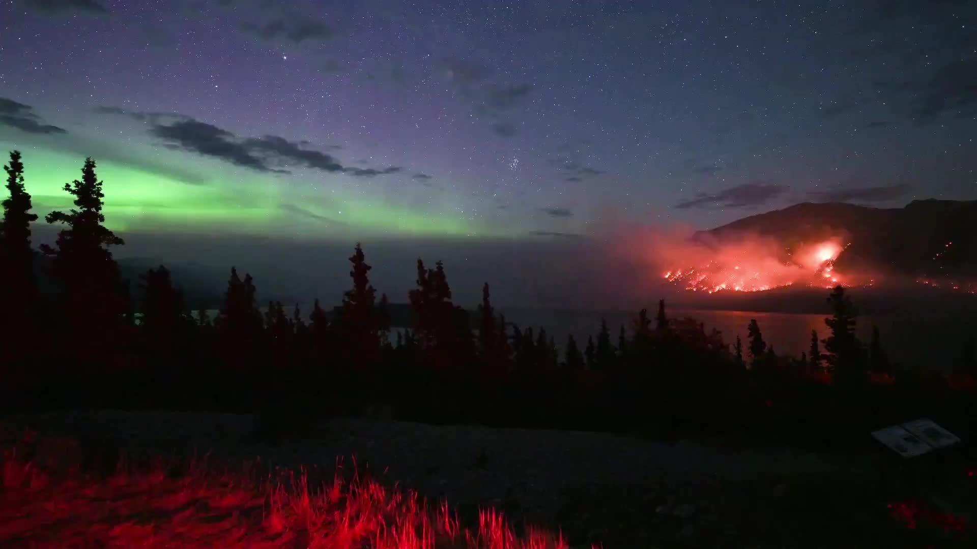 Cực quang và cháy rừng thắp sáng bầu trời đêm ở Canada