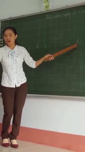 Cô giáo dạy đánh vần tiếng Việt