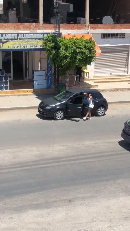 Người đẹp bị cướp túi xách vì nhảy sexy giữa phố