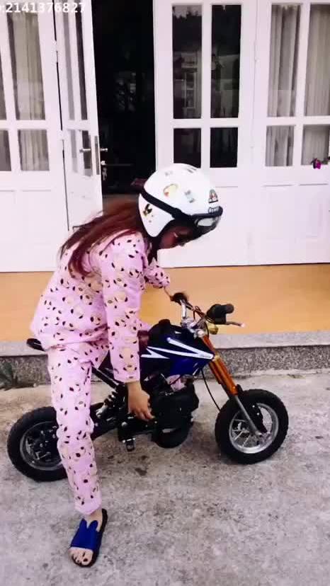 Nữ xế trổ tài lái lụa bằng môtô mini