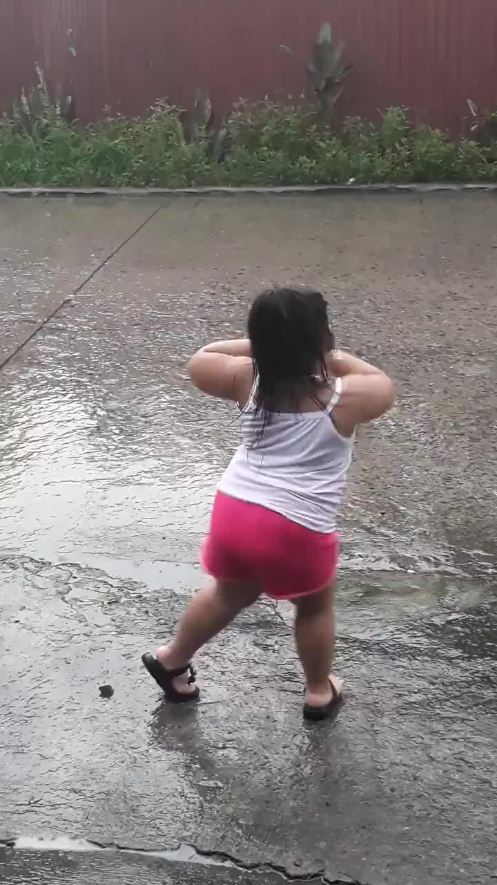 Vũ công nhí say sưa nhảy múa dưới mưa