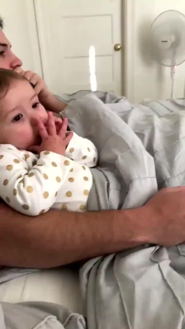 Con gái tức giận khi mẹ nắm tay bố