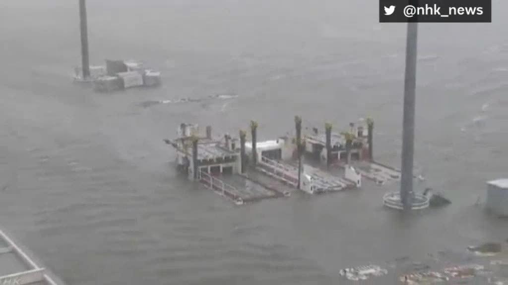 Sân bay Nhật Bản ngập trong biển nước khi bão Jebi đổ bộ