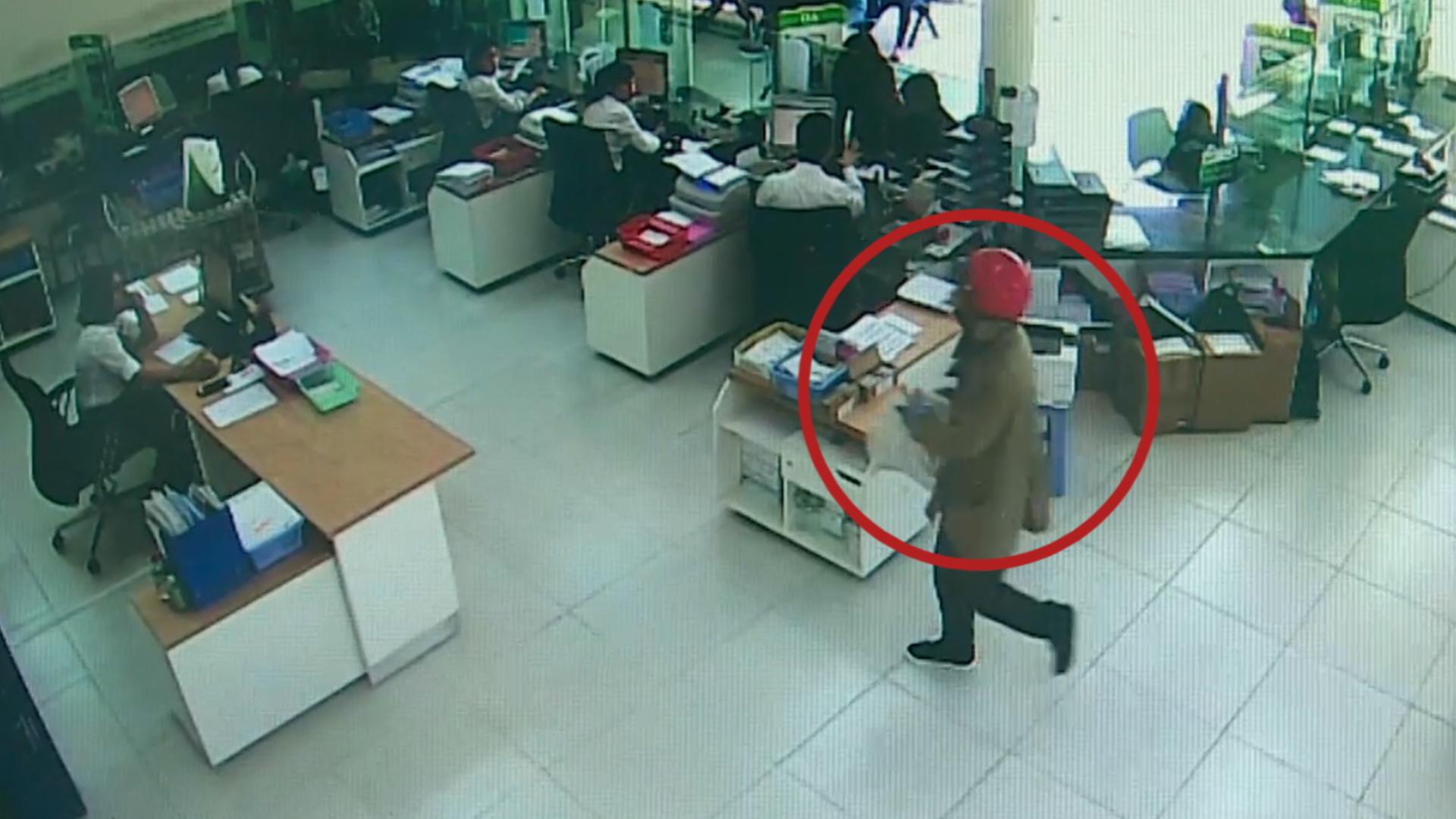 Camera ghi hình hai tên cướp ngân hàng ở Khánh Hòa
